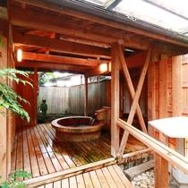 【大浴場 露天】隠れみの湯の露天風呂は、写し鏡のようなユニークな造りの樽湯舟