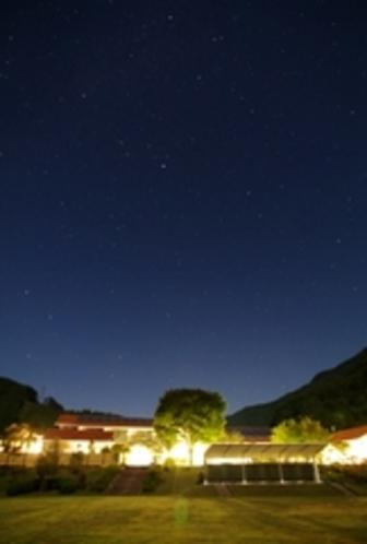 ヴィラせせらぎ外観と星空