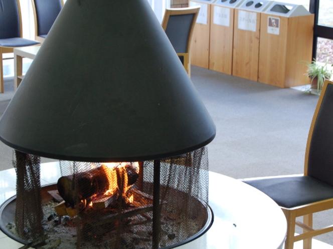 暖炉に火がともる冬のラウンジ