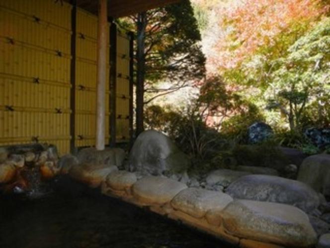 紅葉に包まれる男性用露天風呂