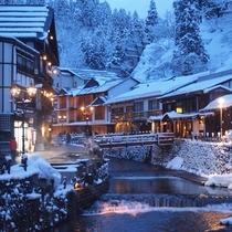 *ガス灯の暖かな光が冬の温泉街を照らします。