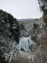 乗鞍岳と凍った善五郎の滝。