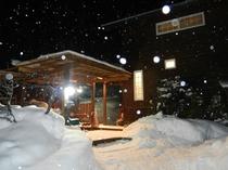 冬のコテージ入口。