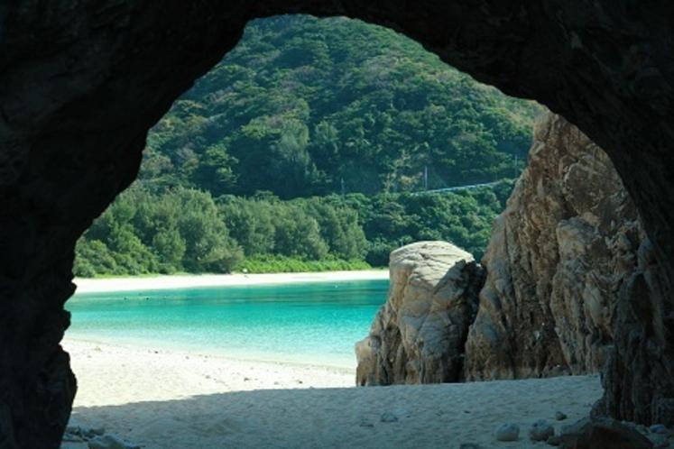 洞窟からアハレンビーチを眺めるひととき
