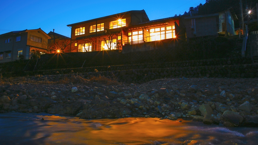 ■外観■「枕川楼」は美山川を望む位置にございます