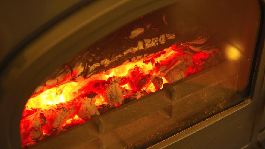 【薪ストーブ】クラシックな雰囲気漂う薪ストーブをロビーにご用意