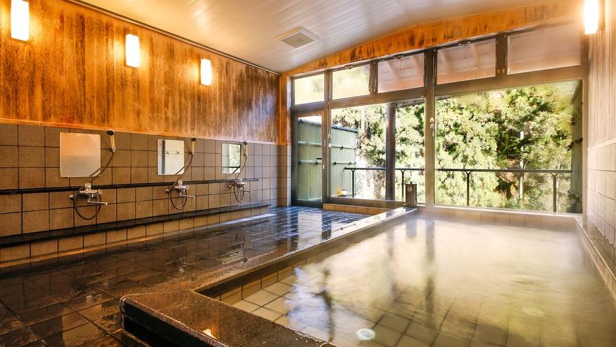 【内湯】手足を伸ばしてゆっくりと♪大きな窓から望む美山の大自然とともに――
