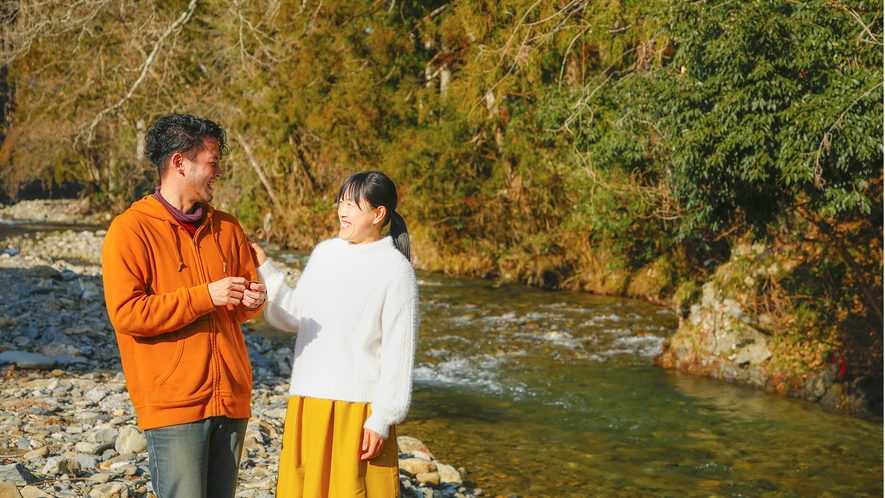 当館すぐそばを流れる美山川のほとりを二人でそぞろ歩き・・・