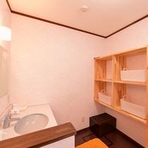 *脱衣処/必要最低限の設備が整った脱衣スペース。