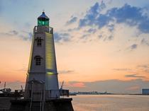 旧堺港南波止場に明治10年築造された高さ11.3mの六角垂形の灯台。