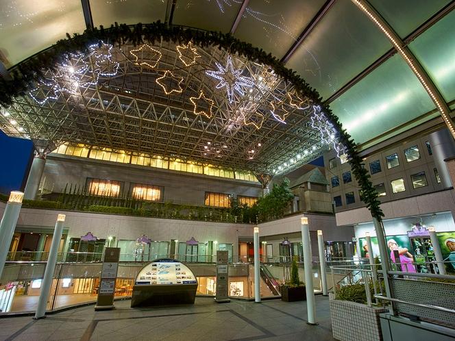 南海本線堺駅に直結。駅西口よりデッキで結ばれていて便利。