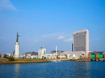 堺旧港のほとりに佇むホテル。周辺の親水広場は散策やジョギングにおすすめです。