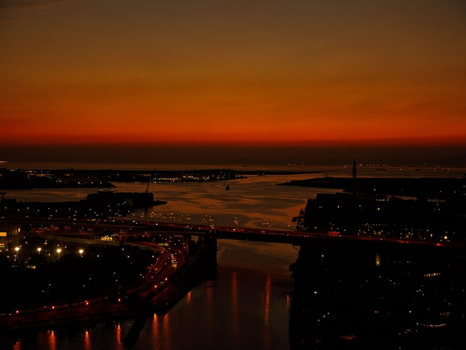 明石海峡大橋の向こうに沈む秋の夕日