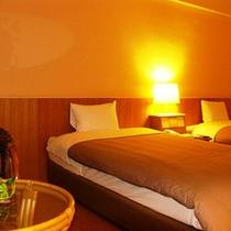 *スタンダードルーム客室一例/ジャングルの中で迎える夜、リラックスムードで寛いで。