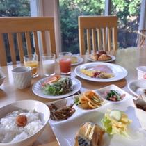*朝食一例/朝日にきらめく川とジャングルの眺めが美しいレストランにて。