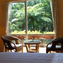*客室からの眺め:濃い緑が窓いっぱいに広がります。