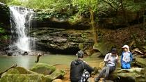 *トレッキングツアー/滝の目の前に腰を下ろしてひとやすみ。