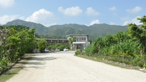 *ホテル正面/ジャングルの中にありますが、設備充実の快適なリゾートホテルです。