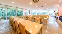 *レストラン/外の景色が開放的な店内。