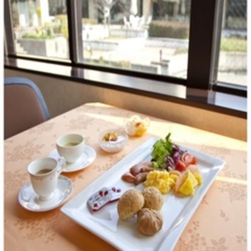 朝食『緑いっぱいの中庭を眺めながらの朝食』