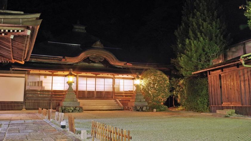 *広い庭に木造の歴史ある本殿。別格本山「西門院」