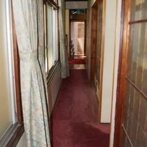 玄関からお食事処へ続く廊下