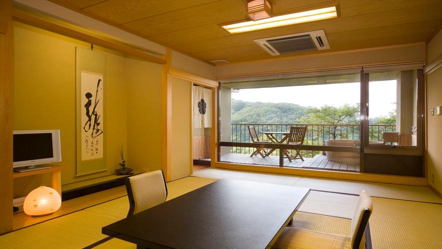 静かな客室。奈良のガイドブックも置いてあります