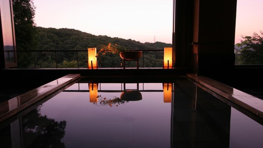 夕焼けに染まる絶景大浴場