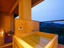プレミアムフロアに誕生したZEKKEI 寝湯露天風呂付スイート2017年春完成。森の稜線を眺めつつ湯