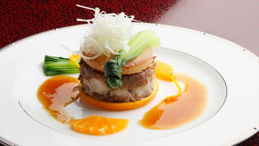 料理長厳選素材の夕食一例。洋のエッセンスを感じさせる創作会席が柿本家流