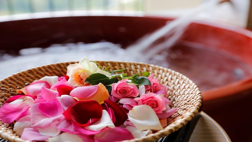 花風呂は女子の憧れ。自分たちだけの露天風呂をぐっと華やかに♪