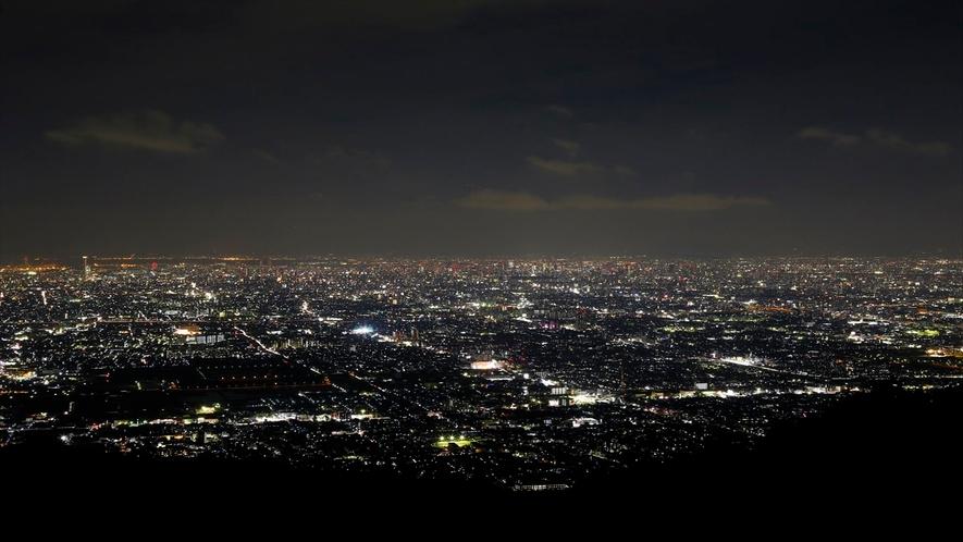宿すぐそばには「信貴山生駒スカイライン」ここは夜景の名所です。大阪、奈良双方の夜景が広がります
