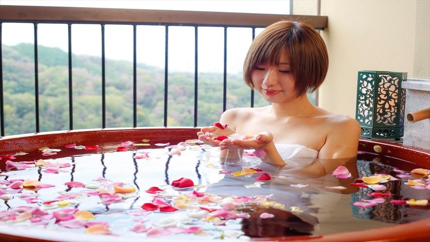 色とりどりの花風呂は非日常感いっぱい。旅先ならではの贅沢を