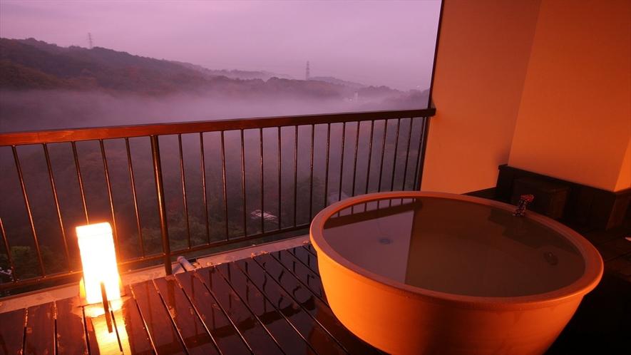 遠くまで続く山々を望み、お部屋専用露天風呂でのんびりと