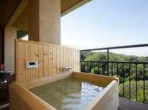 ZEKKEI 寝湯露天風呂付スイートの露天風呂。目の高さに山々の稜線が