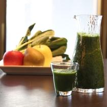 【朝食ビュッフェ例】新鮮な野菜と果物のスムージー
