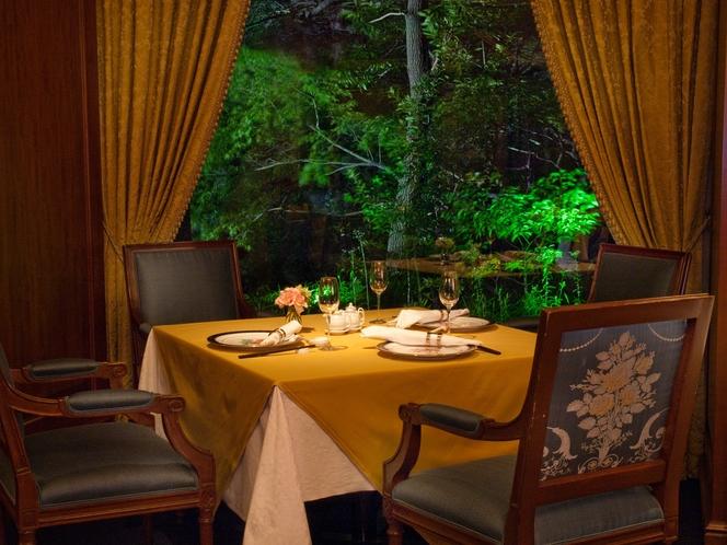 【中国料理 皇家龍鳳】庭園を望むマホガニー張りのシックな空間で、大胆かつ繊細な技で作られた珠玉の味を