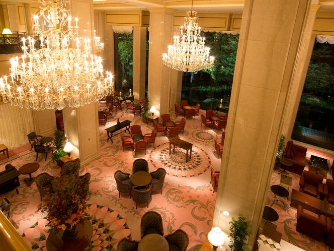 【ガーデンラウンジ】吹き抜けの天井には豪華なシャンデリア。 上品なアートと調度品に囲まれた安らぎの空