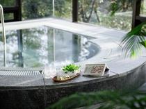 【リーガヘルスクラブ早稲田】プールサイドにあるワールプール。緑を見ながら癒しのひとときを。