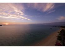 夕暮れの名護湾