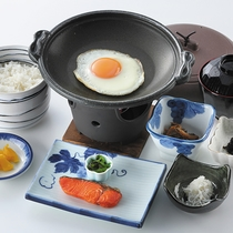 *朝食一例(スタンダード)/和食膳と、サイドメニューのバイキングが付いております。