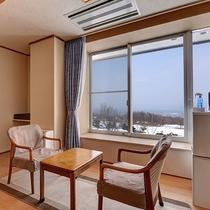 *和室10畳一例/窓辺のイスに腰かけ、ゆっくりとお過ごしください。