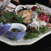 *別注料理・アワビの刺身1,350円/名物のアワビを新鮮なままお造りで堪能。