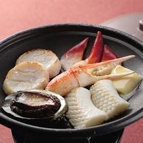 *別注料理・海鮮陶板焼き1,200円/ホタテやアワビなど季節ごとの海鮮を焼き立てで堪能。