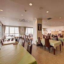 *館内(レストラン)/落ち着いたテーブル席でお食事をお楽しみください。ランチも営業しております。