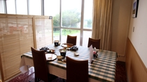 *レストラン/窓側のお席は明るく開放的。四季を感じるお料理をご堪能ください。