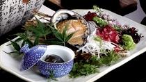 *別注料理・アワビの刺身1,400円/名物のアワビを新鮮なままお造りで堪能。