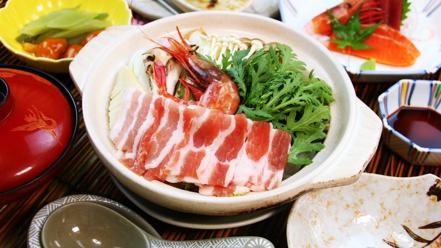 ■夕食_あいべつ自慢の特産品きのこはもちろん、季節の山菜を取り入れたお料理です。
