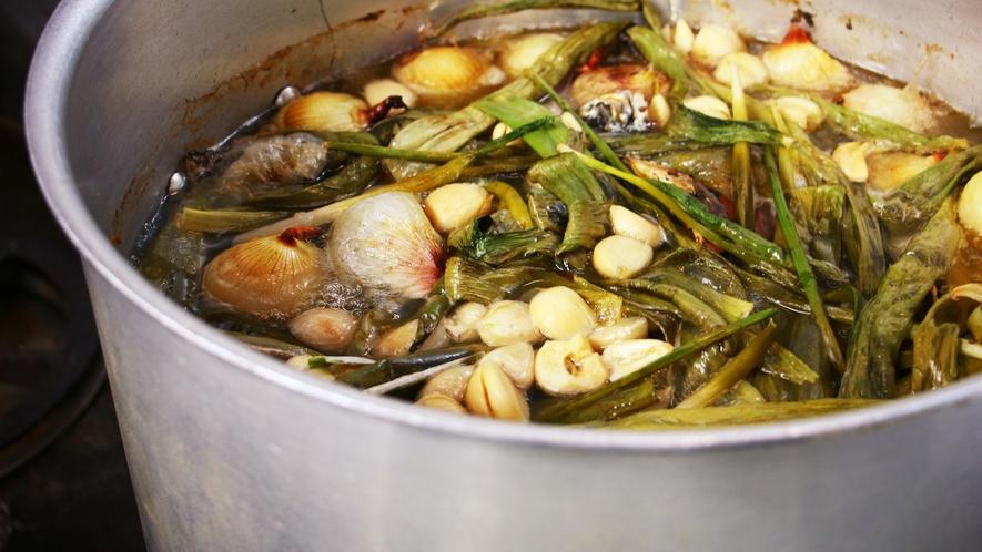 ■調理シーン_1から作る自慢の料理。山の恵み満載のお味を是非お楽しみください!