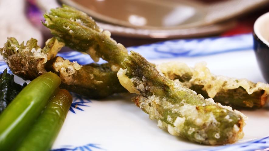 ■夕食_きのこ以外の山の幸も美味しいんです☆旬の山菜の天婦羅!